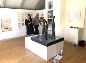 Susanne Torstensson och Gunnar Forsman betraktar hennes konstverk.