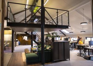 De skapade ett rum i rummet under loftet, med små skåp på sidorna har de skapat en illusion av en vägg.