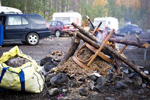 Gävle kommun har inte tänkt låta EU-migranterna bo olagligt i Gävle. Därför ska ännu en avhysning verkställas, den här gången i skogen utanför Sätra där runt 14 familjer bor.
