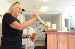 Kultur tappas på glas. Ingrid Holm fyller på med öl från Nora.
