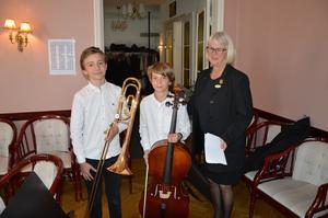 Vilgot Eklund, 13 år, trombon och Benjamin Eklund, 11 år, cello underhöll.
