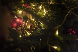 Julen är i dag till stor del en kommersiell högtid och vi bör absolut bevara den då det är en stor del av vårt samhälle men religion bör vara en privatsak att praktisera i hemmet.