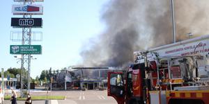 Ett automatiskt brandlarm löste ut klockan 03.40 på onsdagsmorgonen och ganska snart stod det klart att branden var så kraftig att byggnaden inte gick att rädda .