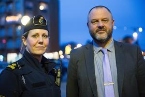 """""""Vi jobbar mest med synlighet, ungdomar och trafik. Det är områden som går in i varandra och därför kräver helhetsgrepp"""", säger polisen Sandra Pettersson, här tillsammans med kommunens säkerhetschef Niclas Fagerström."""