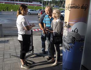 Therese Vänglund.  delar ut biljetter till Liisa och Teuvo Luukkonen från Ljustorp. När Teuvo pratar hörs den finsk-brytande dialekten.