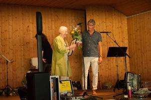 Författaren Torgny Karnstedt delar ut Parlingpriset till IngeGerd Bergdahl-Parling.