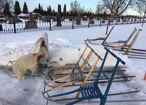 Sparken var ett klokt färdmedel till kyrkan på julafton - bilparkeringen var snart full.