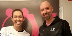 Carly De Hoog och tränaren Jonas Svantesson. Foto: Örebro Volley