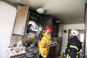Grytan på spisen har innehållit olja. Folke Åkerblom, räddningsledare, och brandingenjörspraktikant Carl-Johan Sjöstrand inspekterar skadorna i köket.