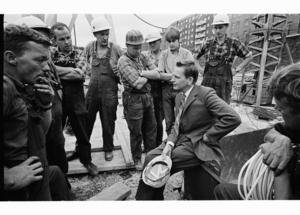 Unika bilder på Olof Palme under valturnén 1968 finns nu i en ny bok från Historiska Media. Foto: Jean Hermanson