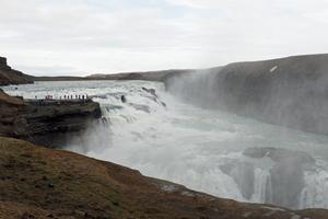 Gullfoss, ännu ett klassiskt turistmål, där det fanns planer på att bygga ett vattenkraftverk. Det stoppades av ett aktivt motstånd som ville bevara naturfenomenet intakt.