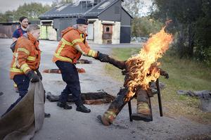 Under första dagen går grupperna igenom, visar och utför några av varandras arbetsuppgifter. Där ingick bland annat släckning av brand i kläder.