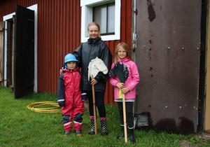 Aron, Thea, Ebba bor i närområdet och hade med sig sina käpphästar.