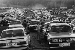 För festprissarna var Fröjdholmen i Oviken rena rama midsommar-Mekkat på 1980-talet. Här en bild från parkens parkering, midsommaren 1988. Foto: Kjell Bollnert.