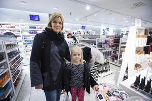 Lovis Lindgren och tog med sig mormor Lena Gustavsson på tjejkvällen. En penna och en luva som man kan ha händerna i hade hamnat i påsen när tidningen träffade dem.