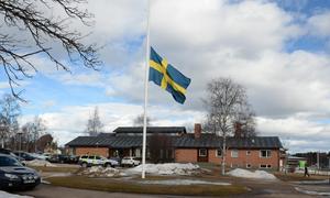 Flaggan på halv stång utanför församlingshemmet i Sveg där de drabbade från bussolyckan samlades på söndagseftermiddagen.