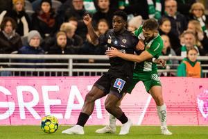 Örebros Kevin Wright i kamp om bollen Hammarbys Mats Solheim.  Foto: Andreas L Eriksson / Bildbyrån