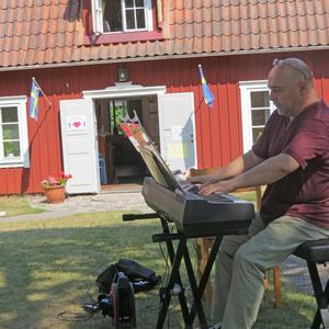Barna Both spelade utanför sockenstugan i Ösmo. Foto: Max Möllerfält