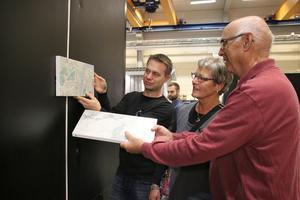 Konstruktören Stefan Bengtsson berättade om nya fasader på offentliga toaletter för bland annat Ingegerd Holmgren som har arbetat på Danfo tidigare.