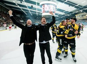 Patrik Zetterberg och Thomas Paananen firar avancemanget till hockeyallsvenskan den 12 april 2018. Nu står duon inför sin tredje säsong tillsammans.