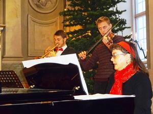 Marianne Skoglund piano, Lukas Johansson trumpet och Tobias Wikman fiol spelade till julpsalmerna.