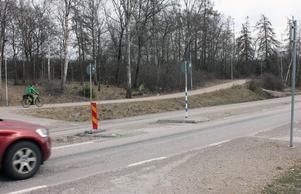 Ombyggnationen av Johannisbergsvägens korsning med Kraftvärmegatan innebär att de som ska gå eller cykla mot Örtagården måste passera två vägar intill varandra. Refugen på Johannisbergsvägen har blivit påkörd många gånger de senaste åren.