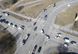 Bilar i en fyrvägskorsning vid Huddingevägen-Sockenvägen. Foto: Fredrik Sandberg / TT.