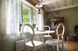 Inne i torpet blandas antikviteter med möbler från 1700- och 1900-talet. Den gamla torparlampan har Per-Olov ärvt av sin mamma.