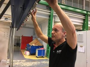 Hasse Andersson har koll på instrumenten i den monteringshall, som stängde efter neddragningarna 2013, men som nu öppnat igen.