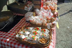 Ingen marknad utan brända mandlar. Det är så att säga tradition.