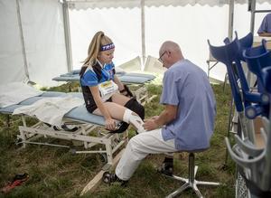 Fysioterapeuten Jan Ola Vestin tejpar Nathalie Werlins knä.
