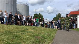 Hundratals väntade i kö för att få hämta ut sin utrustning.