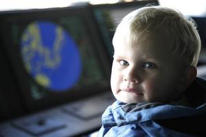 Treåriga Liam Sundström-Molin passade på att prova kaptensplatsen vid kommandobryggan.