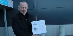 Efter två veckors väntan på ett paket från Danmark fick Lars Pettersson nog – och lyckades norpa åt sig egen radio på Postnord terminal i Berglunda, innan den skickades tillbaka igen.