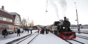 Ångloket är redo att lämna Svegs station.
