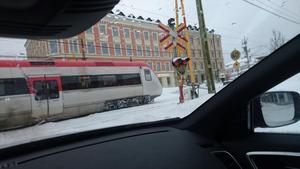Här åker tåget förbi trots att bommarna var öppna. Foto: Privat.