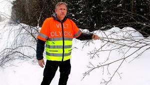 Jan Höglund är riktigt förbannad på sättet att servera älgarna mat vid vägkanten.