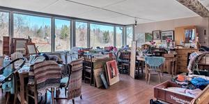 Matsalen består av ett stort rum med plats för 100 sittande gäster med murad öppen spis och sjöutsikt. Här finns också ett serveringsrum med disk och ett stort restaurangkök. Nuvarande ägare Gun Olsson har använt salen som förvaringsrum och har också haft loppis där. Foto: Mäklarhuset