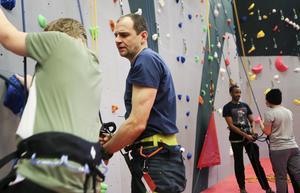 Henrik Westling, en av personerna bakom Östersunds klättercentrum, fick fullt upp med att säkra klättersugna barn och ungdomar under söndagen.