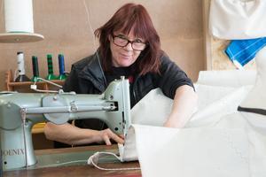 Sin robusta symaskin, som är verkstadens trotjänare, har Anneli  Bergfeldt fått i avskedspresent från segelmakeriet där hon jobbade i tre årtionden innan hon  startade eget i Nynäshamn.