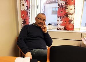 Roger Johansson, ordförande i utskottet för Samhällutveckling, berättar att de skickat in nya handlingar till länsstyrelsen. Foto: Jörgen Sundin/arkiv