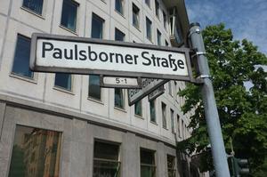På Paulsborner Strasse 1 i västra Berlin hyrde Hjalmar Bergman under 1926 en stor lägenhet och bodde tillsammans med skådespelaren Werner Fuetterer. Huset är borta och ersatt av Lottos huvudkontor. Foto: Astrid Lindén och Clas Thor.