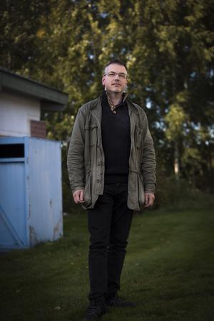 Marcus Kjellin på Hyresgästföreningen menar att de pengar Krylbostäder lagt på renoveringar inte är tillräckliga.