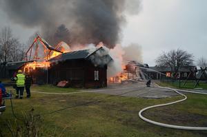 Ett stort antal fordon och annat blev lågornas rov vid branden i Nås.