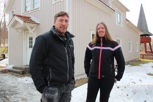 Kasper Dalkvist och Johanna Lindgren framför sitt hus som från början var ortens Konsumbutik. Kasper har byggt om och renoverat det, liksom andra hus i byn.