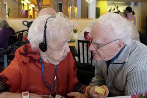 Telefonen, svarar Disa utan någon länge betänketid när Hans frågar henne vilken pryl hon uppskattat mest att få in i sitt hem under sitt långa liv.