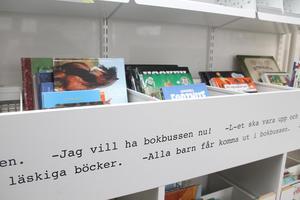 Bussen rymmer fler böcker än tidigare och pryds invändigt av citat från skolbarn i kommunen. Foto: Kramfors kommun