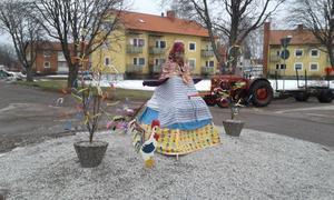 Påskgumma vid rondellen i Vretstorp.Foto Kent Öhlin
