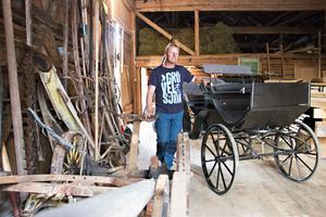 Att den stora gamla ladugården fanns kvar var ett viktigt skäl till att de valde att flytta till torpet. Här ryms bland annat familjens hästvagnar och Jonas ser fram emot att kunna duka upp till fest här.