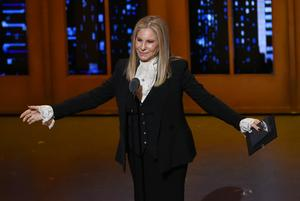 Barbra Streisand delade ut pris på Tony Awards-galan och hyllade kulturens helande kraft med anledning av Orlando-massakern.